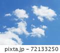 白い雲がきれいな青空の写真 72133250