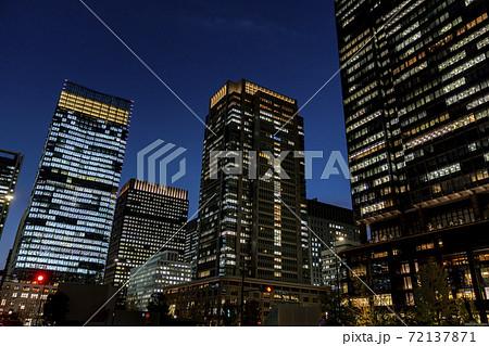 オフィスビル街の夜景 東京 丸の内 72137871