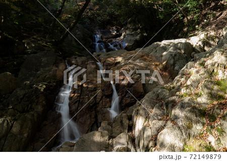 鈴鹿山系・湯の山温泉の三滝川上流の渓谷にある滝の様子 72149879