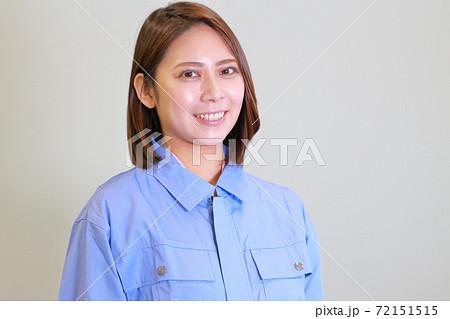 ユニフォームを着た女性_斜め向き 72151515