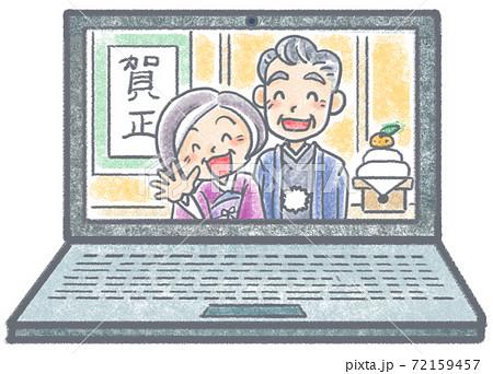 ノートパソコン画面のなかで微笑むお正月のおじいちゃんおばあちゃん 72159457