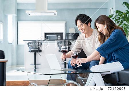 パソコン オンライン飲み会 リビング ライフスタイル 72160093