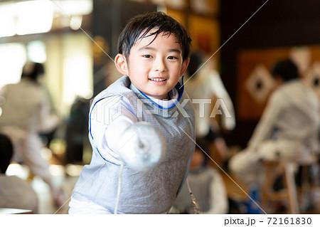 フェンシング教室に通う小学生 72161830