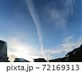青空に伸びていく飛行機雲 72169313