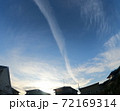 青空に伸びていく飛行機雲 72169314