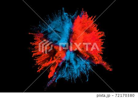 鮮やかな赤色と青色のカラー粒子が爆発した瞬間 72170380