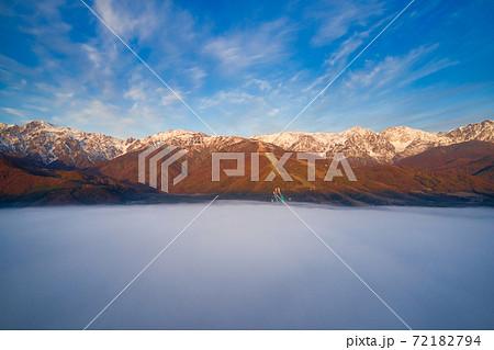 早朝の壮大で幻想的な雲海と美しい初冬の白馬連山の朝焼け 長野県白馬村(ドローンによる空撮) 72182794