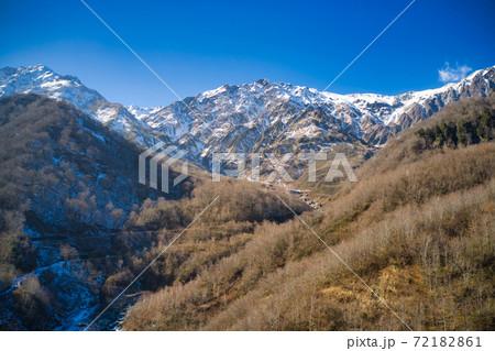 初冬の白馬岳の壮大で迫力ある眺め 長野県白馬村(ドローンによる空撮) 72182861