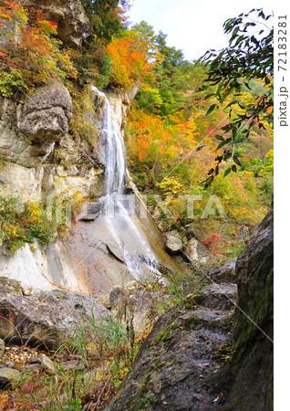 錦秋の面白山高原・紅葉川渓谷の岩に刻まれた細いトレイル 72183281