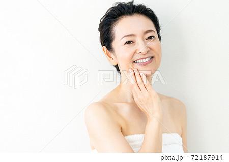 ミドル女性の美容イメージ 72187914