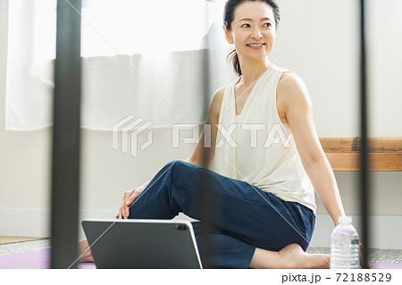 家でストレッチをするミドルの女性 72188529