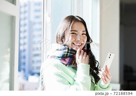 若い女性 スマホ 検索 ストール 72188594