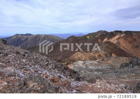 茶臼岳山腹から望む大倉山・三倉山 72189519