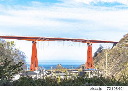 柏崎市 米山大橋と海の向こうに見える佐渡 72193404