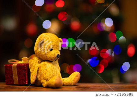 クリスマスプレゼントとテディーベアー 72195999