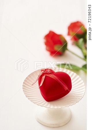 ハートのプレゼントと赤い薔薇 72196343
