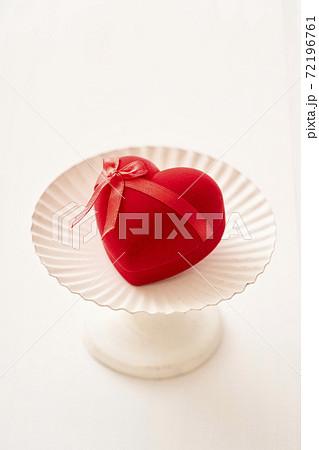 ハート型のバレンタインプレゼント 72196761