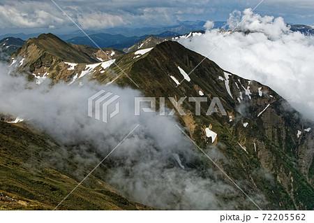 谷川岳・オキの耳から見る雲流れる上越国境稜線 72205562