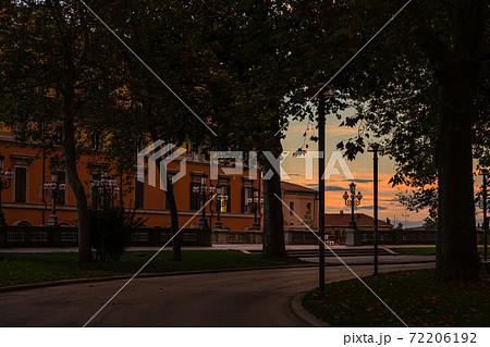 イタリア 夕方のボローニャのモンタニョーラ公園 72206192