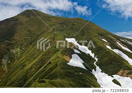 上越国境稜線縦走路から見る初夏の谷川連峰・オジカ沢の頭 72209850