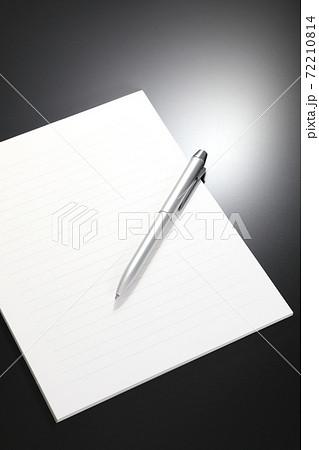 ボールペンと便箋 72210814
