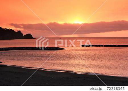 西伊豆の宇久須クリスタルビーチの夕焼け 72218365