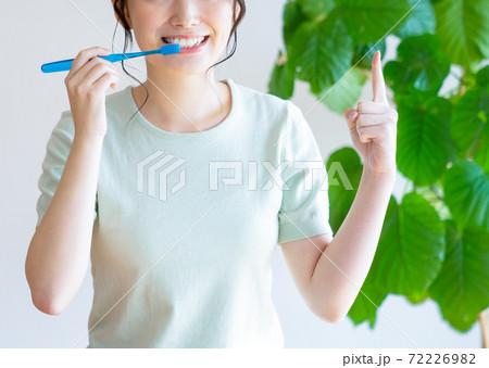 歯ブラシをしながら指差す若い女性 72226982