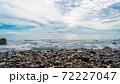 小石が散らばる海岸に打ち寄せる透き通るように青い日本海のさざ波と、大空を覆ううろこ雲 72227047