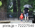 雨の日に公園を散歩する親子 72227540