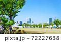 晴れ渡った青空が広がる休日の都市部にある公園のイメージ 72227638
