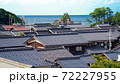 海の近くに立ち並ぶ瓦屋根の家々 72227955