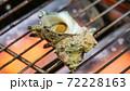 網の上で焼かれているサザエの壺焼き 72228163