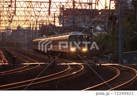 夙川のカーブを走る夕暮れの223系新快速 72240922