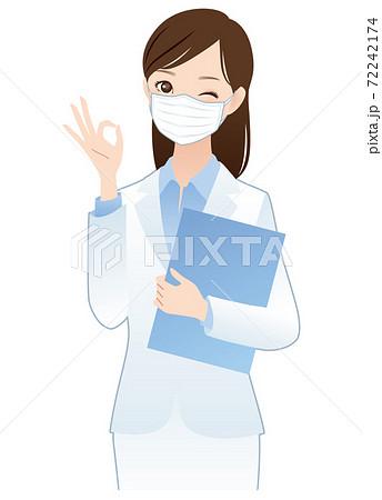 マスクをした白衣の女性 72242174