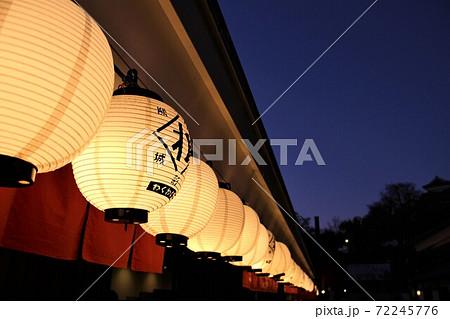 ライトアップされて幻想的に並ぶ提灯の列 72245776