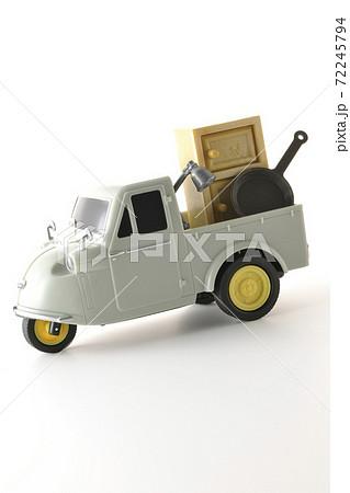 オート三輪のおもちゃなどのミニチュア模型を使って引っ越し等のイメージ撮影(白背景) 72245794