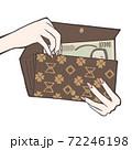 長財布から一万円札を出し入れ 72246198