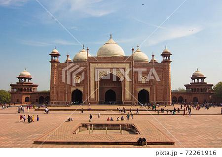 インドのタージマハルの横のモスク 72261916