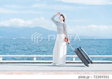 旅行に出かける女性 72264501