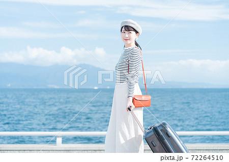 旅行に出かける女性 72264510