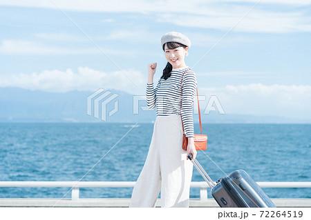旅行に出かける女性 72264519