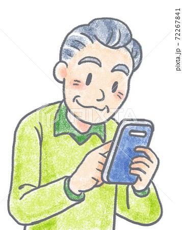 スマホ操作するおじいちゃん 72267841