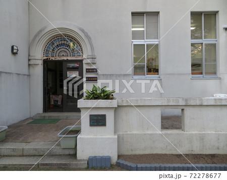 静岡県三島市にあるエコセンター(旧三島測候所庁舎)玄関ステンドグラス 72278677