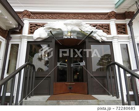 富士屋ホテル本館 玄関の回転ドアと彫刻 72280685