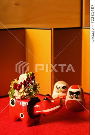 花を背負った赤べこさんと紅白達磨 72281487