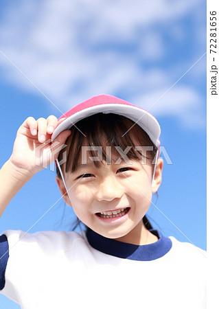 体操服で幼稚園の運動会に参加する女の子 72281656