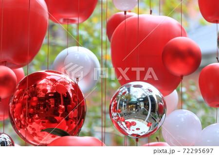 クリスマスディスプレイ 赤いリンゴ 72295697