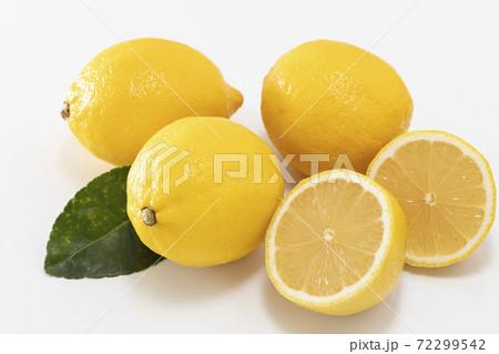 白バックに葉を添えて並べたまるごとレモンと輪切りのレモン 72299542