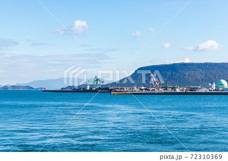 高松港と屋島の風景(香川県高松市) 72310369
