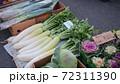青空市場に並ぶ越冬野菜 72311390